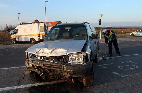 Mentővel ütközött egy autó Borsodban (fotó: MTI)