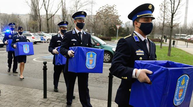 rendőr, adomány