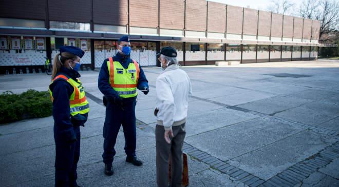 Rendőr, maszk, igazoltatás
