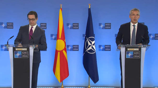 Jens Stoltenberg NATO-főtitkár és Sztevo Pendarovszki Észak-Macedónia elnöke