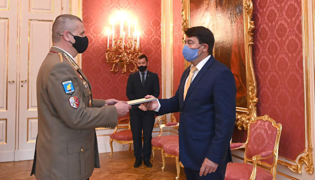 Áder János köztársasági elnök (j) vezérőrnaggyá lépteti elő Ruszin-Szendi Romulusz dandártábornokot a Sándor-palotában 2021. május 31-én. MTI/Bruzák Noémi