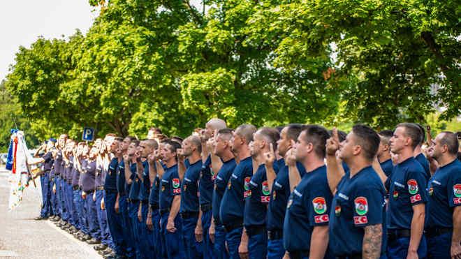 Leteszik az esküt a tűzoltók (Fotó: katasztrofavedelem.hu)