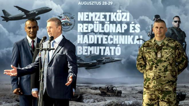 Benkő Tibor honvédelmi miniszter beszédet mond, mellette Ruszin-Szendi Romulusz altábornagy, a Magyar Honvédség parancsnoka (j) a kecskeméti nemzetközi repülőnap és haditechnikai bemutató ünnepélyes megnyitóján az MH 59. Szentgyörgyi Dezső repülőbázison 2021. augusztus 28-án. A kétnapos, augusztus 28. és 29-i rendezvény programjai között számos légi és szárazföldi bemutató szerepel. A magyar légierő mellett mintegy tucat nemzet tart légi bemutatót. MTI/Ujvári Sándor