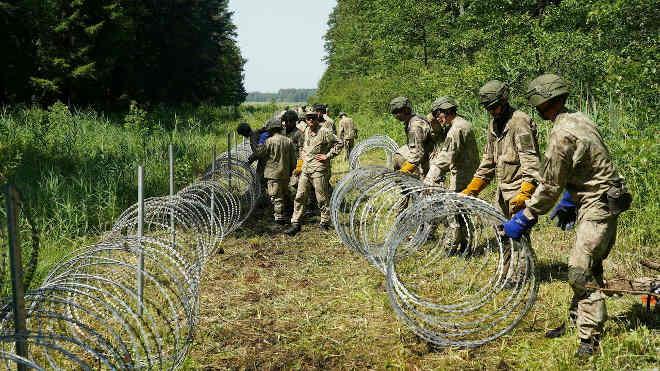 Litván határ szögesdrót kerítéssel
