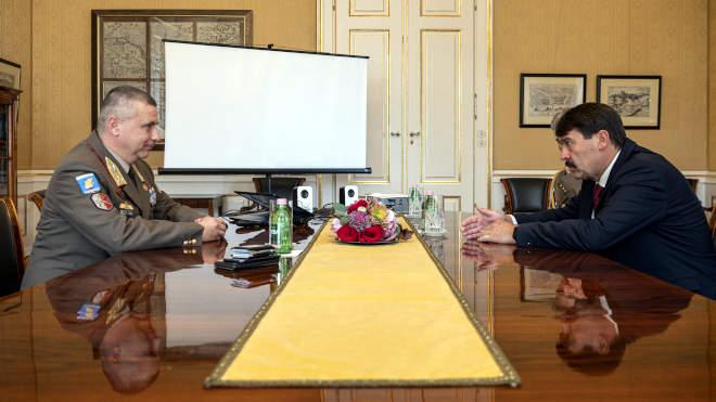 2021. október 20. Áder János köztársasági elnök (j) a honvédség aktuális kérdéseiről folytat megbeszélést Ruszin-Szendi Romulusz altábornaggyal, a Magyar Honvédség parancsnokával (b) a Sándor-palotában 2021. október 20-án. A megbeszélés után Ruszin-Szendi Romulusz elmondta, hogy a köztársasági elnök, aki a honvédség főparancsnoka is, jóváhagyta a Magyar Honvédség fejlesztési terveit. MTI/Szigetváry Zsolt