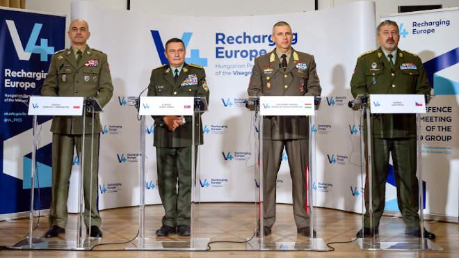Balatonakarattya, 2021. október 14. Ruszin-Szendi Romulusz altábornagy, a Magyar Honvédség parancsnoka (j2), valamint Rajmund T. Andrzejczak vezérezredes, lengyel (b), Daniel Zmeko vezérezredes szlovák (b2) és Ales Opata vezérezredes, cseh vezérkari főnök (j) a visegrádi országok katonai vezetőinek balatonakarattyai találkozóján tartott sajtótájékoztatón 2021. október 14-én. Az eseményen Európa biztonságának és stabilitásának megerősítését célzó közös nyilatkozatot írtak alá. MTI/Vasvári Tamás