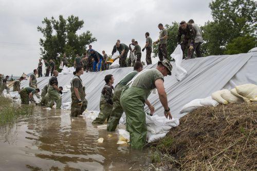 Katonák erõsítenek meg egy gátat az árvízi védekezés során Táton 2013. június 6-án.