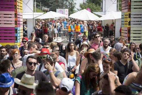 Fesztiválozók állnak sorban a bejutásra várva a soproni Lővér kemping bejáratában a 23. Volt Fesztivál nulladik napján, 2015. június 30-án.