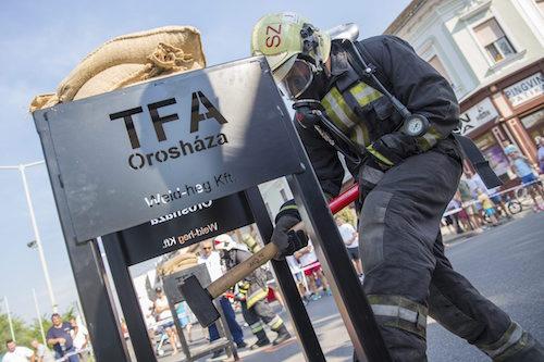 """Ötven ütést mér hatkilós kalapáccsal egy dobozra egy versenyző a """"legerősebb tűzoltók versenyén"""" Orosházán 2015. augusztus 29-én. Második alkalommal rendezhette meg Orosháza a TFA (Toughest Firefighter Alive) elnevezésű megmérettetést, amelyen mintegy 120 magyar, román, szlovák és szerb tűzoltó versenyzett."""