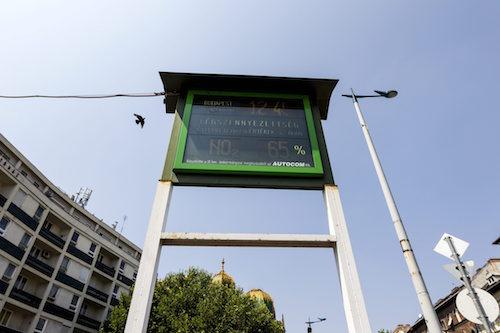 Légszennyezettségi értékeket mutató tábla a Ferenc körút - Üllői út sarkán 2015. augusztus 7-én. Budapest főpolgármestere előző nap elrendelte a fővárosban a szmogriadó úgynevezett tájékoztatási fokozatát a levegő magas ózonszintje miatt. MTI Fotó: Szigetváry Zsolt