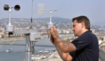 Paulovics Gábor, az Országos Meteorológiai Szolgálat (OMSZ) villamosmérnöke szélmérő berendezést telepít a Budapest Hotel Marriott szálloda tetejére 2015. augusztus 14-én. A berendezést az augusztus 20-i tűzijáték miatt, ideiglenes jelleggel helyezték el.