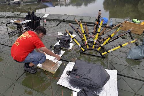 Bombettatelepet helyez el az egyik modulban az augusztus 20-i tűzijáték pirotechnikai eszközeinek telepítésén a Leskovics Pirotechnika Kft. munkatársa két összekapcsolt pontonhídon a Magyar Honvédség újpesti hadikikötőjében 2015. augusztus 17-én. Mintegy 7500 pirotechnikai eszközt lőnek majd fel a budapesti tűzijátékon a Dunán álló katonai pontonokról.