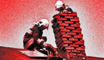 A tűzoltók keményen dolgoznak a kéményen