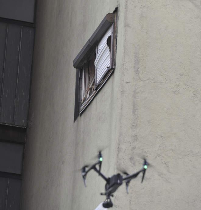 Vác, 2020. március 8. A rendőrség drónnal vizsgálja 2020. március 8-án azt a tízemeletes társasházat Vácott, amely előző este egy detonáció következtében megsérült. A Vám utcai épület lakható maradt, de száznyolc ember kénytelen volt ideiglenesen elhagyni. A statikus szakértő véleménye alapján a lakók azóta visszatérhettek otthonukba. Jelenleg semmiféle adat nem támasztja alá a szándékosságot, a rendőrök továbbra is keresik a robbanás okát. MTI/Mihádák Zoltán