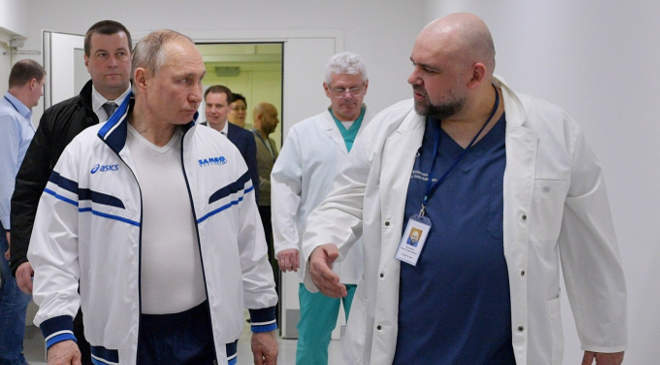 Vlagyimir Putyin orosz elnököt Gyenyisz Procenko, az új koronavírussal fertőzött betegeket kezelő kórház főorvosa kíséri a Moszkva melletti Kommunarkában (2020. március 23-án, FORRÁS: MTI/AP/SZPUTNYIK/ALEKSZEJ DRUZSINYIN)