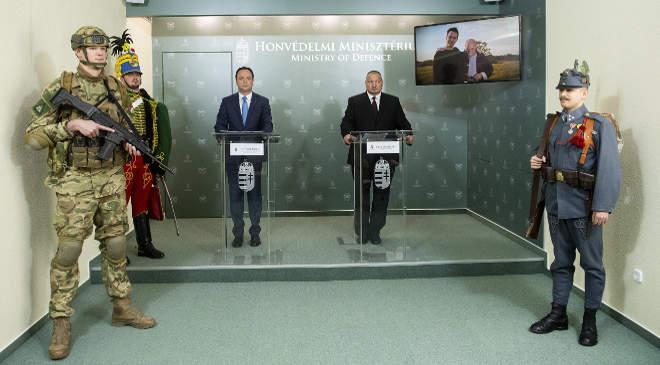 A HM sajtótájékoztatója a honvédelem napja alkalmából.  Nyitrai Zsolt kiemelt társadalmi ügyekért felelős miniszterelnöki megbízott (b3) és Németh Szilárd, a Honvédelmi Minisztérium (HM) parlamenti államtitkára (j2) a honvédelem napja alkalmából tartott sajtótájékoztatón a minisztériumban 2020. május 21-én. MTI/Illyés Tibor