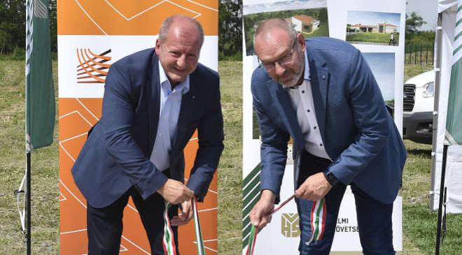 Honvédelmi sportközpont alapkövét helyezték el Baján Simicskó István, a hazafias és honvédelmi nevelésért felelős kormánybiztos (b) és Zsigó Róbert fideszes országgyűlési képviselő a Baján épülő honvédelmi sportközpont alapkőletételén 2020. június 25-én. MTI/Máthé Zoltán