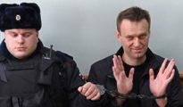 Alekszej Navalnij orosz ellenzéki politikus (jobbra, sapka nélkül)