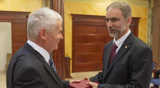 Polt Péter (balra) adja át a kitüntetést Kalmár Gyula megyei főügyészhelyettesnek