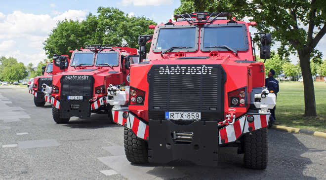 Hazai gyártású RDO-4336 Komondor MPV típusú, páncélozott, többcélú tűzoltóautók Budapesten, az Országos Katasztrófavédelmi Főigazgatóság székháza előtt 2020. július 15-én. Újabb hatvanhárom speciális gépjármű állt a katasztrófavédelem szolgálatába. MTI/Lakatos Péter