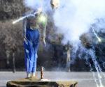 Bár legális a tűzijátékok használata, a hatóságok kérik: mindenki csak legális forrásból szerezze be a szilveszteri pirotechnikai eszközöket, mert a feketén árultak súlyos baleseteket okozhatnak. Ezt demonstrálták a Készenléti Rendőrség bázisán tartott bemutatón, ahol egy bábu segítségével bemutatták, milyen pusztítást tud végezni egy kézben felrobbanó pirotechnikai eszköz, vagy tüzijáték. Fotó: MTI-Kovács Tamás