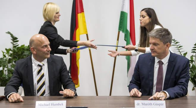 Michael Humbek, a német Dynamit Nobel Defence ügyvezető igazgatója és Maróth Gáspár védelmi fejlesztésekért felelős kormánybiztos