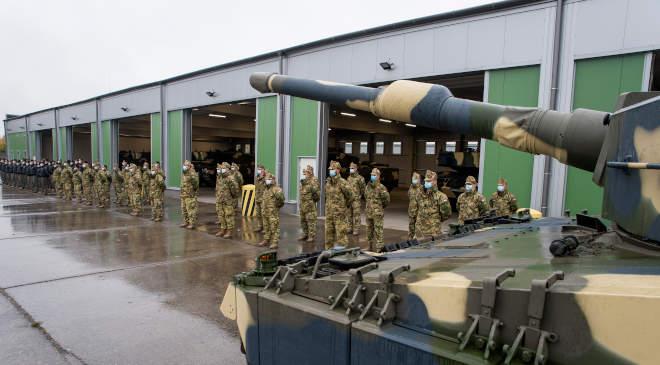 Katonák az újonnan érkezett Leopard 2A4HU típusú harckocsik és az új hangárok átadása alkalmából tartott díszszemlén a tatai MH 25. Klapka György Lövészdandár laktanyájában 2020. október 29-én. MTI/Krizsán Csaba