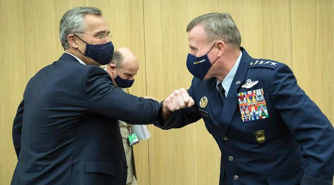 Jens Stoltenberg NATO-főtitkár és Tod D. Wolters tábornok, a szövetségesek legfőbb európai parancsnoka köszönti egymást a NATO-központban, Belgiumban, Brüsszelben, 2020. október 22-én.