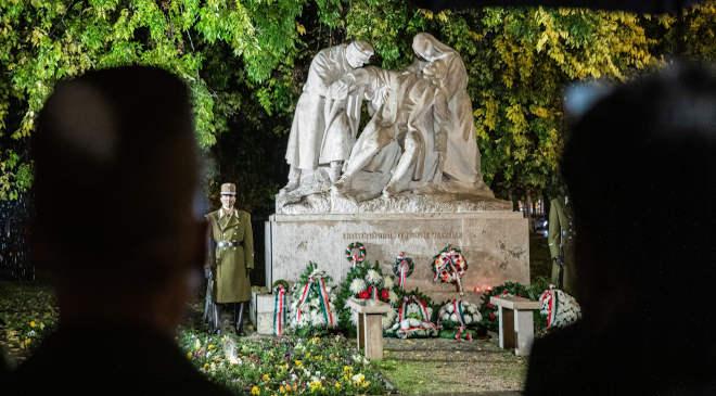 Koszorúk a magyar orvos hősi halottak emlékszobránál a hős katonaorvosok tiszteletére tartott megemlékezésen a főváros VIII. kerületében, az Üllői úton 2020. november 4-én. Az eseményt a Nemzeti Fórum Egyesület és a Honvédelmi Minisztérium (HM) szervezte. MTI/Mohai Balázs