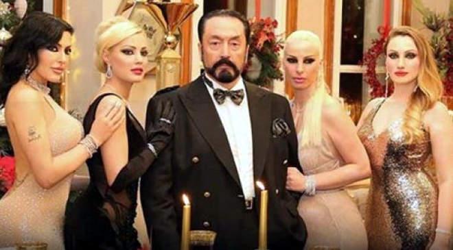 Adnan Oktar (középen)