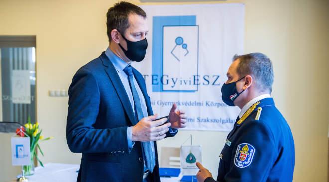 Gyermekközpontú meghallgató- és terápiás központot avattak a gyermekvédelmi szakszolgálatnál. Budapest, 2021. január 27. Fülöp Attila szociális ügyekért felelős államtitkár (b) és Terdik Tamás, Budapest rendőrfőkapitánya a Fővárosi Gyermekvédelmi Központ és Területi Gyermekvédelmi Szakszolgálatnál kialakított gyermekközpontú meghallgató- és terápiás központ avatásán 2021. január 27-én. MTI/Balogh Zoltán