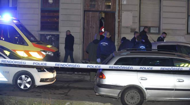 Budapest, 2021. január 20. Rendőrök a főváros IX. kerületében, ahol megszúrtak egy 19 éves férfit, aki a helyszínen életét vesztette 2021. január 20-án. A feltételezett elkövetőt a rendőrök pár percen belül a helyszín közelében elfogták. MTI/Mihádák Zoltán