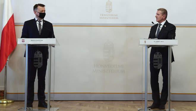 Mariusz Blaszczak lengyel nemzetvédelmi miniszter és Benkő Tibor honvédelmi miniszter