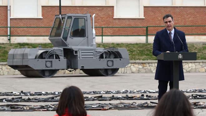 Pedro Sanchez miniszterelnök az ETA baszk terrorcsoporttól lefoglalt több mint ezer fegyver megsemmisítésének ünnepségén