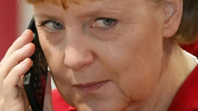 Angela Merkel telefonál