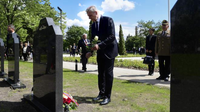 Budapest, 2021. május 30. Benkő Tibor honvédelmi miniszter virágot helyez el a megújult Hősök parcellájának avatásán a Fiumei úti sírkert 52. parcellájában 2021. május 30-án. MTI/Koszticsák Szilárd