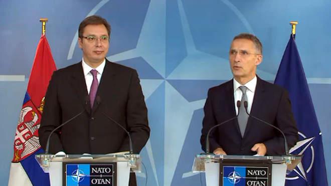 Aleksandar Vucic szerb elnök és Jens Stoltenberg, a NATO főtitkára