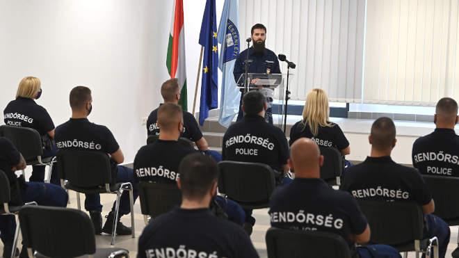 Czukor Gergely rendőr alezredes, az Országos Rendőr-főkapitányság Határrendészeti Főosztályának osztályvezetője búcsúztatja a Szerbiába induló 49. és az Észak-Macedóniába induló 61. magyar rendőrkontingens tagjait a Készenléti Rendőrség központi objektumában Budapesten 2021. május 25-én. MTI/Bruzák Noémi