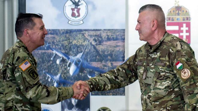 Katonai fejlesztési keretegyezményt írt alá Magyarország és az Egyesült Államok Kecskemét, 2021. július 16. Babos Tibor, (j) a Magyar-Amerikai Védelmi Együttműködési Megállapodás végrehajtásáért felelős miniszteri biztos és Charles R. Miller (b) végrehajtási megbízott, az Egyesült Államok Európai Parancsnokságának, tervezés, politika, stratégia és képességek igazgatója kezet fog a keretegyezmény aláírása után a MH 59. Szentgyörgyi Dezső Repülőbázison Kecskeméten 2021. július 16-án. A felek aláírták Magyarország és az Egyesült Államok védelmi együttműködési megállapodásának (Defense Cooperation Agreement) a kecskeméti repülőbázis és a pápai bázisrepülőtér fejlesztésére vonatkozó végrehajtási keretegyezményét. MTI/Ujvári Sándor