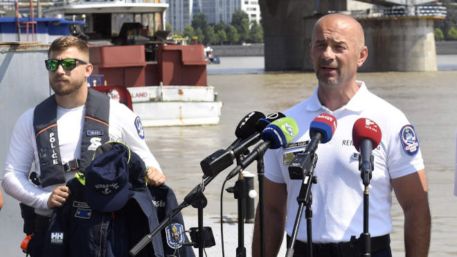 Prohászka Richárd rendőr alezredes, a Dunai Vízirendészeti Rendőrkapitányság vezetője beszél a dunai vízirendészet új egyenruháját és új hajóját bemutató sajtótájékoztatón a Kopaszi-gáton, a Dunai Vízirendészeti Rendőrőrsön 2021. július 23-án. Az új öltözék a kor követelményeinek megfelelő, külön előnye, hogy gyorsan száradó anyagból készült, jó hőelvezető, ami kifejezetten ideális a vízirendészeti feladatokhoz. MTI/Máthé Zoltán