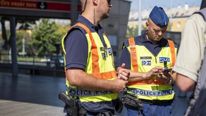 Rendőr igazoltat Örs Vezér tér