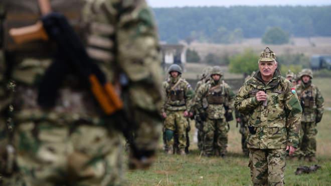 Bozó Tibor vezérőrnagy, a Magyar Honvédség Tartalékképző és Támogató Parancsnokság parancsnoka értékeli a tartalékos katonák hadgyakorlatát a bemutató napján a Veszprém megyei Újdörögdön 2021. október 7-én. A katonák egy fiktív harcászati szituációban mutatták be gyakorlati ismereteiket. Az október 2. és 8. között zajló összevont kiképzésen mintegy 700 tartalékos vesz részt, az ország 19 megyéjéből és a fővárosból. MTI/Vasvári Tamás